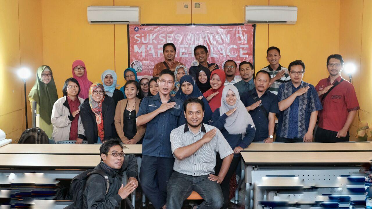 "TDA Class – Workshop Series  ""Sukses Jualan di Marketplace: Foto Manis Jualan Laris""  by Dimas Bhre"